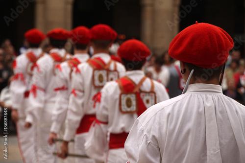 Montage in der Fensternische Karneval Euskal dantza