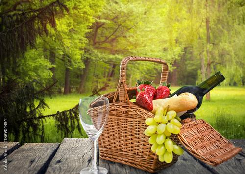 Tuinposter Picknick Picknick auf einer Waldlichtung