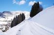 Straße vereist und schneebedeckt in den Bergen