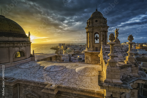 Spoed Foto op Canvas Oude gebouw Sunset Over Cathedral Cadiz Spain