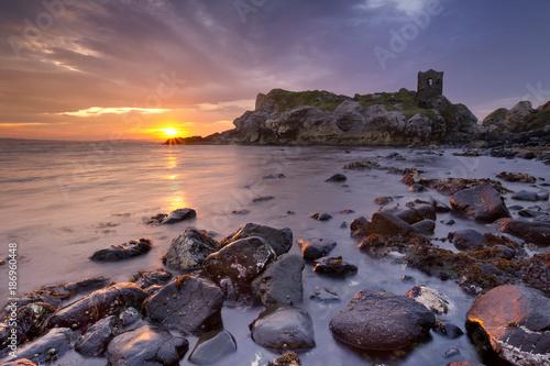 Tuinposter Rudnes Spectacular sunrise at Kinbane Castle in Northern Ireland