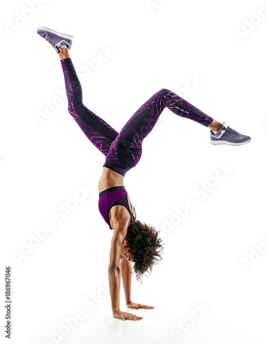Photo Silhouette of young african girl practicing handstand exercise isolated on white background