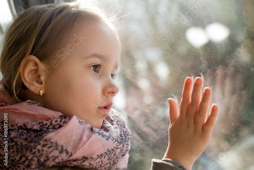 Fototapeta dziewczynka przy oknie  obraz