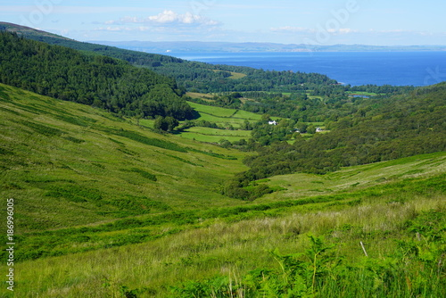 Photo Scottish landscape with green rolling hills in the Isle of Arran, Scotland