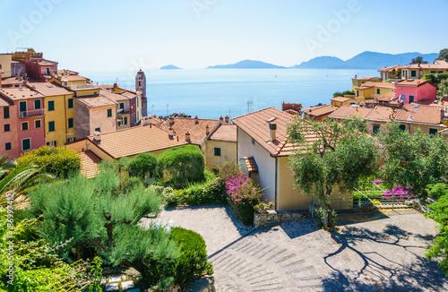 Montage in der Fensternische Ligurien Tellaro village panoramic view of beautiful colorful mediterranean houses, Lerici, La Spezia, Italy.