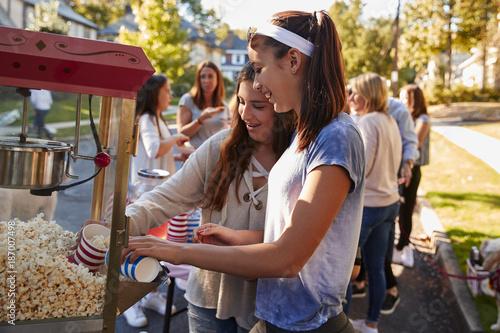 Fotografía  Girls serve themselves popcorn at neighbourhood block party