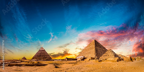 Tuinposter Egypte Great Pyramids of Giza, Egypt, at sunset