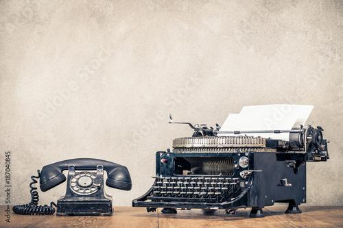 retro-stary-czarny-telefon-i-w
