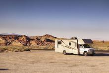 Camping Mit Dem Wohnmobil , Va...