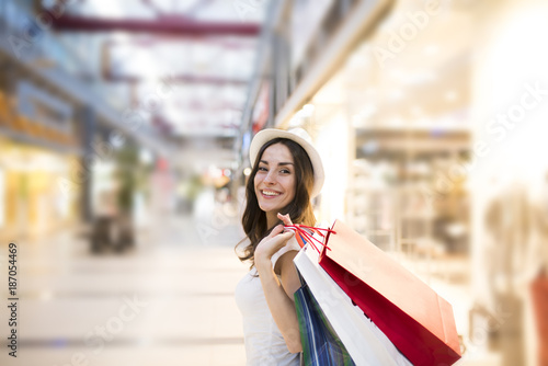 Fotografia Beautiful and smiling young woman doing shopping in the mall.