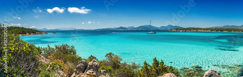Tuinposter Kust Panoramica sul bellissimo mare turchese e cristallino della baia di Petra Ruja - Costa Smeralda - Costa nord est della Sardegna