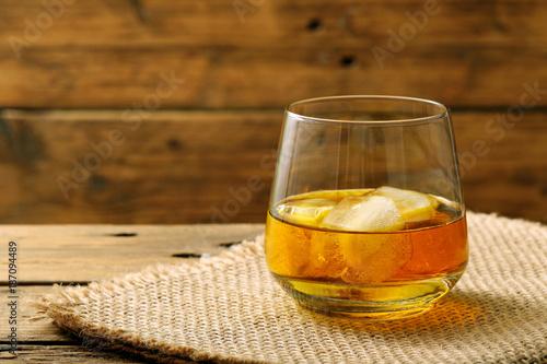 Photo  bevanda alcolica bicchiere con wisky o wiskey su sfondo di legno rustico