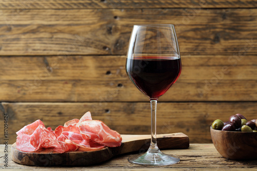 bicchiere di vino rosso su sfondo rustico Fototapete