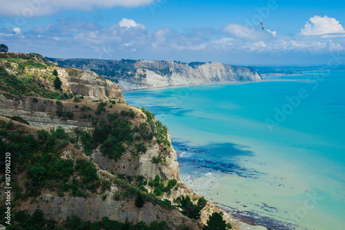 Valokuva  Limestone cliffs near Cape Kidnappers Golf course, with views of South Pacific O