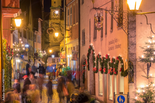 Fotomural  Rothenburg ob der Tauber Christmas night view with blurred crowd of people