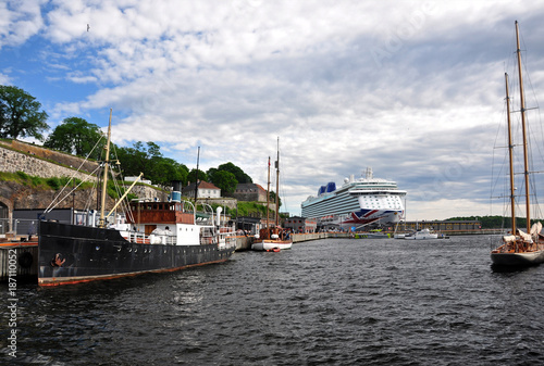 Photo  Boats moored in the afternoon in Oslo Harbor.