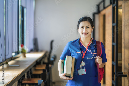 Foto Young asian woman is going to nursing school