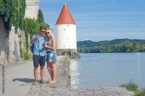 Fotografía  Touristenpärchen überlegt, welchen Weg es in Passau gehen soll