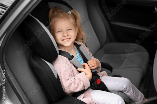 Fotografía  Cute girl on backseat in car