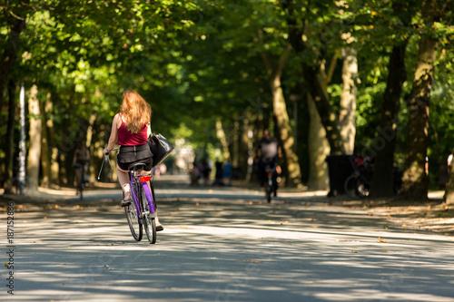 Photo A girl biking in the Amsterdam Vondelpark.