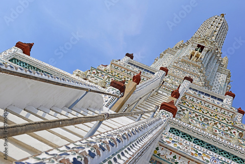 Fotografia  Porcelain covered traditional Khmer architecture of temples and pagodas at Wat A
