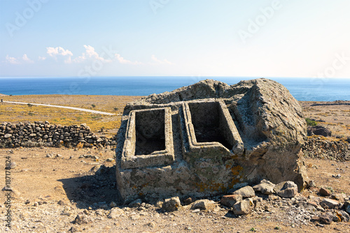 Photo Long forgotten empty ancient tombs in an aegean island of Turkey