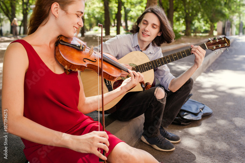 Photo  street music duo group performing in a park