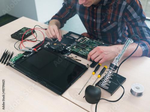 Fotografía  laptop computer maintenance repair service