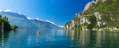 Fotomural Summer view over of lake Garda in Italy