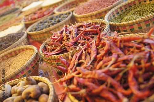 Fototapeta premium Tradycyjne przyprawy i chilli na targu w Siem Reap