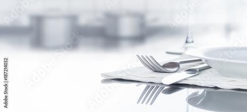 Deurstickers Kruidenierswinkel Besteck und Geschirr auf spiegeldem Tisch in Küche, Hintergrund, Panorama