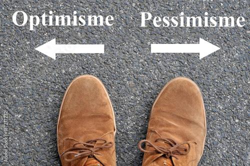 Flèches optimisme et pessimisme devant des chaussures Wallpaper Mural