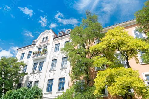 Fotografie, Obraz  Altbau - Mietshaus und Bäume in Deutschland