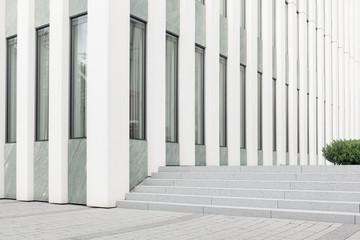 Vorplatz eines öffentliches Bürogebäudes