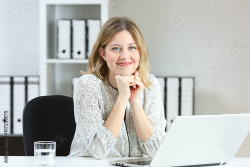 Foto Businesswoman posing looking at you at office