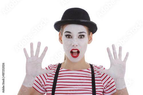jeune fille mime maquillage blanc théâtre mimant la surprise