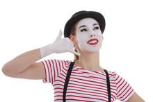 Jeune Fille Mime Maquillage Blanc Théâtre Souriant Mimant Un Coup De Téléphone