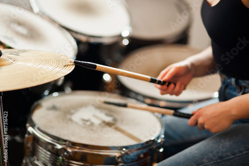 The drummer plays the drums. - 187316422