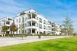 canvas print picture - Mehrfamilienhäuser - Wohngebiet und Park