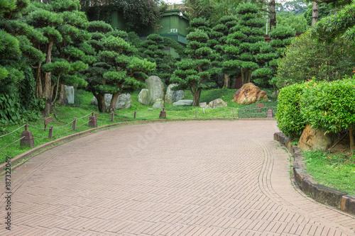 Plakat Ścieżka w parku publicznym, w otoczeniu zielonych drzew
