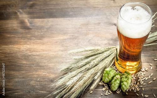 szklanka-naturalnego-piwa-na-drewnianym