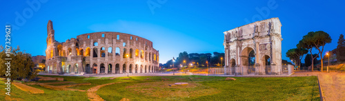 Photo  View of Colosseum in Rome at twilight