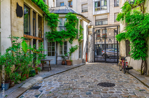 Cozy street in Paris, France © Ekaterina Belova