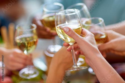 Fotografía  hands clinking wine glasses