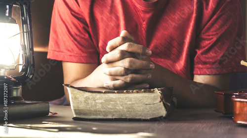 Foto Human hand placed on the Bible, pray to God.