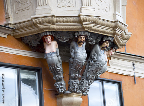 Figureheads on house in Stockholms Old Town Fotobehang