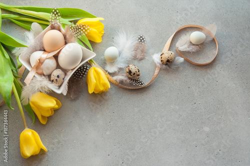 Plakat Wielkanocna karta z jajkami, piórkami i kwiatami
