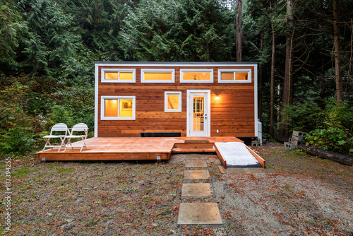 Photo  Small wooden cabin house in the evening. Exterior design.