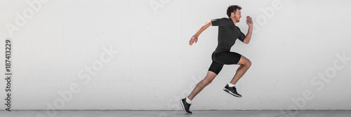Fotografía  Running man runner training doing outdoor city run sprinting along wall background