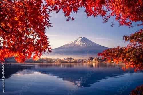 Obraz Góra Fuji z poranną mgłą i czerwonymi liśćmi nad jeziorem Kawaguchiko w Japonii - fototapety do salonu